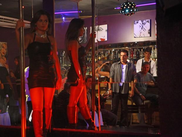 Théo entra na boate a procura de Morena (Foto: Salve Jorge/TV Globo)
