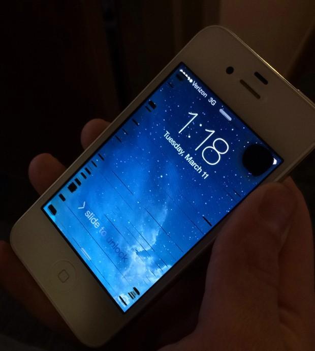 Smartphone foi retirado do gelo e teria sido recuperado completamente após 'dormir' em sacola com arroz (Foto: Reprodução/Imgur/whosalec)