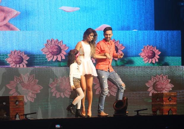 Paula Fernandes com fã no palco durante show em SP (Foto: EGO)
