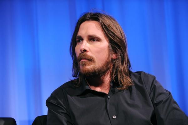 """Do contra, o ator Christian Bale gosta de rir na cara do perigo. """"Eu passo por baixo de escadas, eu faço todas essas coisas"""", diz ele e ainda completa: """"Eu faço de propósito. Gosto de provocar as superstições."""" (Foto: Getty Images)"""