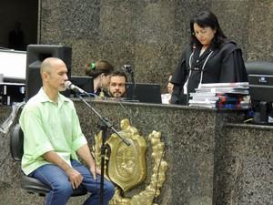 Jorge Beltrão permanececeu de olhos fechados durante todo o depoimento (Foto: Anna Tiago / G1)