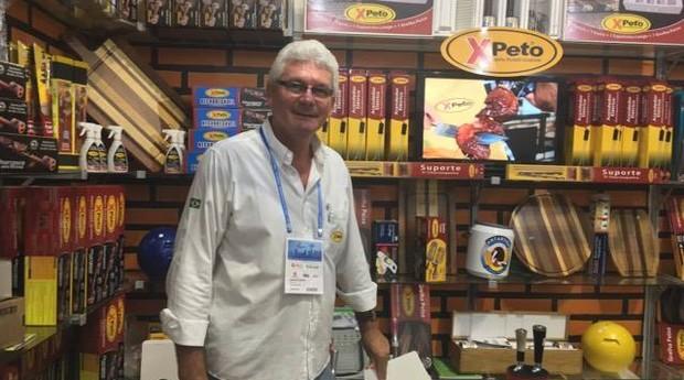 Marcio Xavier e os produtos da Xpeto durante a Feira do Empreendedor (Foto: Fabiana Pires/Editora Globo)