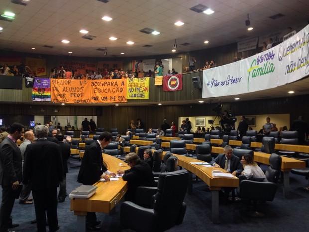 Grupos LGBT e evangélicos ocupam galeria da Câmara para acompanhar votação (Foto: Roney Domingos/G1)