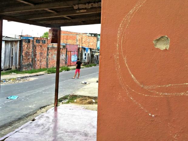 Marca de tiro pode ser vista na parede de casa (Foto: Adneison Severiano/G1 AM)