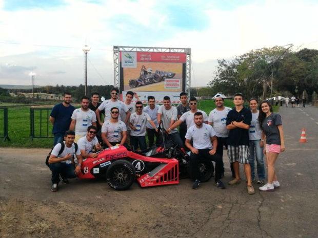 Estudantes preparam carro de corrida para competir nos EUA (Foto: Divulgação/ V8 Racing Facens)