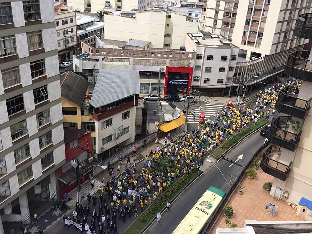 Manifestação em Juiz de Fora na Avenida Itamar Franco (Foto: Rafaela Borges/G1)