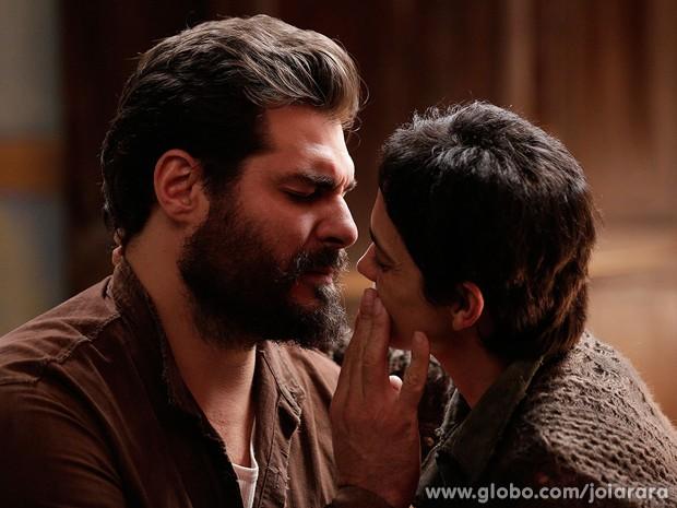 Toni rejeita beijo de Gaia e conta que está casado com outra mulher (Foto: Fábio Rocha/TV Globo)