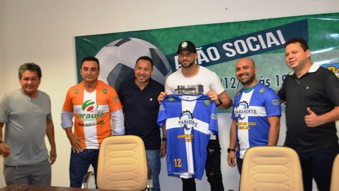 Weverton, goleiro do Atlético-PR, com organizadores do jogo solidário no Acre (Foto: Duaine Rodrigues)