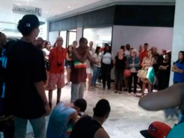 """Estudantes promovem intervenções culturais com """"rolezinho"""" no shopping Barra (Foto: Imagens/TV Bahia)"""