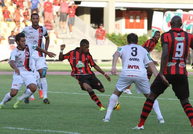 Henrique chuta no cnato direito baixo do goleiro do Guarany de Sobral para gol do Moto Club (Foto: Douglas Junior/O Estado)