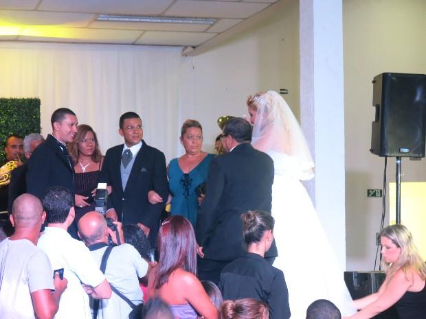 Noiva sobe ao altar durante cerimônia em Santos, SP (Foto: Rodrigo Martins/ G1)