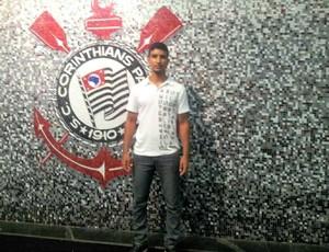 Atacante Vitor Visar assinou contrato de dois anos com o Corinthians (Foto: Reprodução/Facebook)