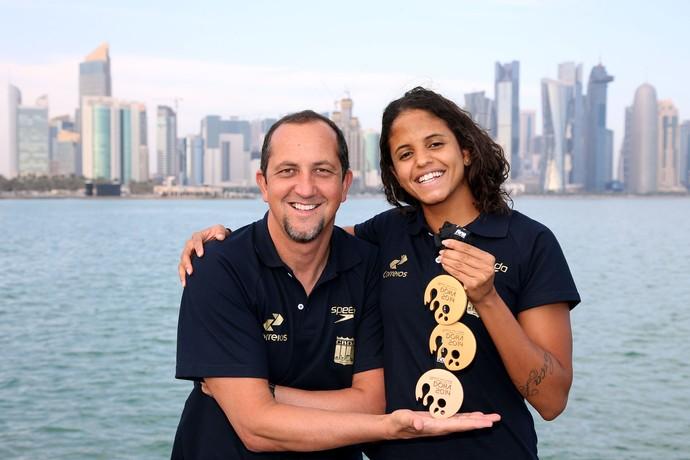 Etiene Medeiros e o técnico Fernando Vanzella, da natação, posam com medalhas em Doha (Foto: Satiro Sodré/SSpress)