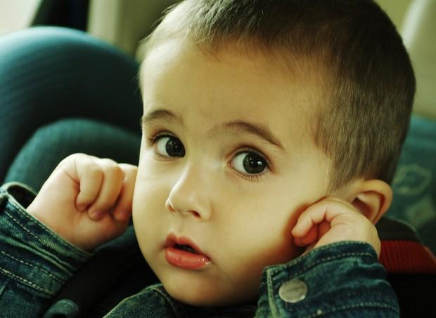 Criança com dor de ouvido (Foto: Shutterstock)