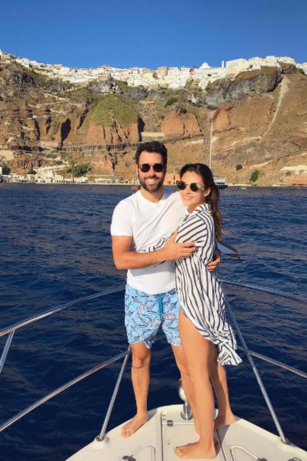 Carol Celico e o namorado, o empresário Eduardo Scarpa, fazem passeio de barco em Santorini (Foto: Reprodução/Instagram)