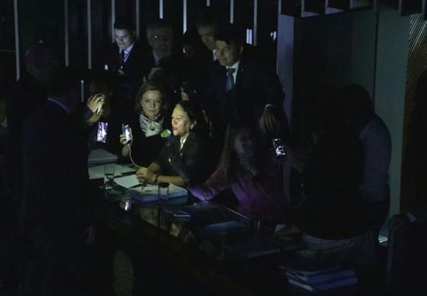 Senadoras da oposição ocupam a mesa da presidência durante sessão que discute a reforma trabalhista no Senado (Foto: Reprodução/Twitter)