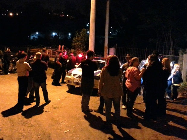 Manifestantes bloqueiam os portões do laboratório Royal, em São Roque (Foto: São Roque Notícias)