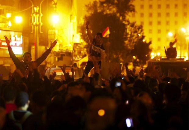 Manifestantes gritam palavras de ordem contra os militares do Egito após veredito que arquivou acusações contra o ex-presidente Hosni Mubarak (Foto: Reuters/Amr Abdallah Dalsh)