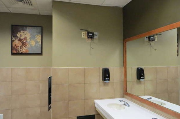 Amanda e Robert Larrivee tentaram roubar TV de banheiro de bar. (Foto: Reprodução)