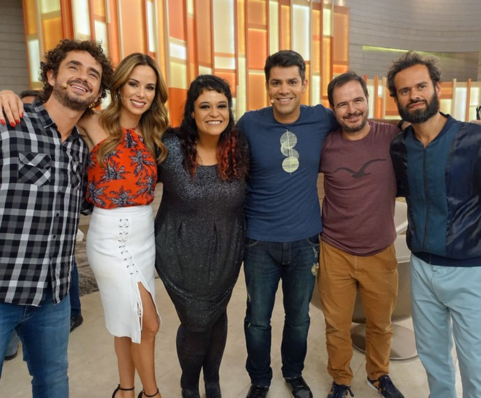 Equipe tira foto com os cantores Tulipa Ruiz e Marcelo Jeneci  (Foto: Juliana Hippert/Gshow)