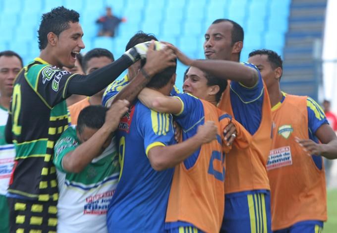 Jogadores do São José-MA comemoram gol no Campeonato Maranhense 2012, no Estádio Nhozinho Santos (Foto: Flora Dolores/ O Estado)