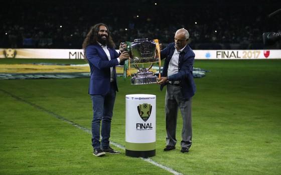 Mineirão. O cruzeirense Sorín e o flamenguista Júnior promovem a final da Copa do Brasil entre Cruzeiro e Flamengo (Foto: Gilvan de Souza / Flamengo)