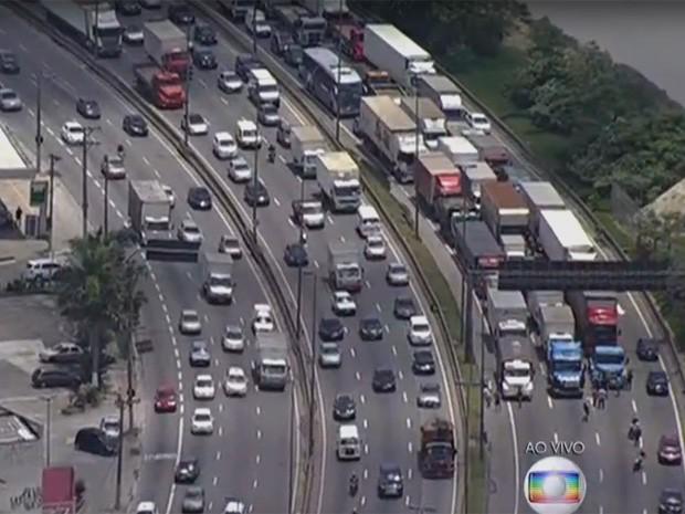 Caminhoneiros protestam na Marginal Tietê (Foto: TV Globo/Reprodução)