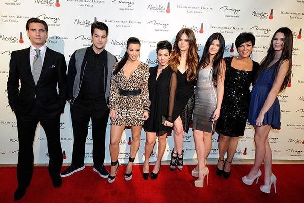 Scott Disick, Kim, Koutney e Khloe Kardashian, e Kylie, Kris e Kendall Jenner (Foto: Getty Images)