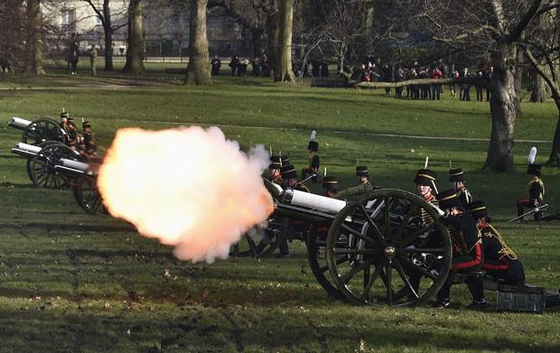 Tiro de canhão marca o aniversário de 63 anos do reinado da Rainha Elizabeth II na Inglaterra nesta sexta-feira (6) (Foto: Toby Melville/Reuters)