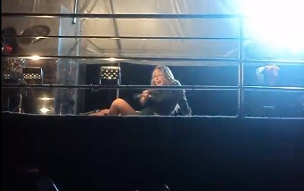 Claudia Leitte faz quadradinho de 8 (Foto: Youtube / Reprodução)