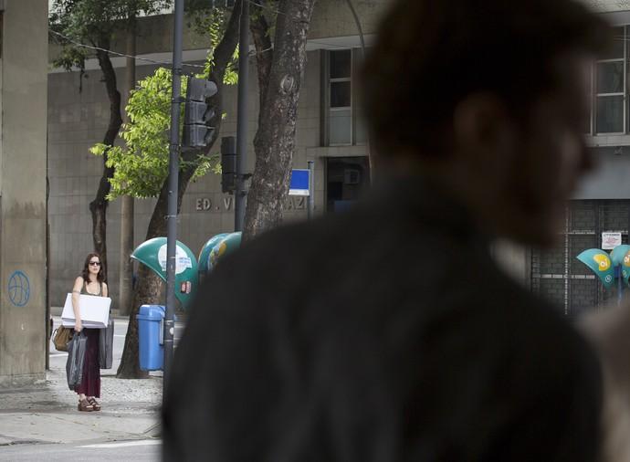 Júlia, ao fundo, fica frente a frente com Alex (Foto: Ellen Soares / Gshow)
