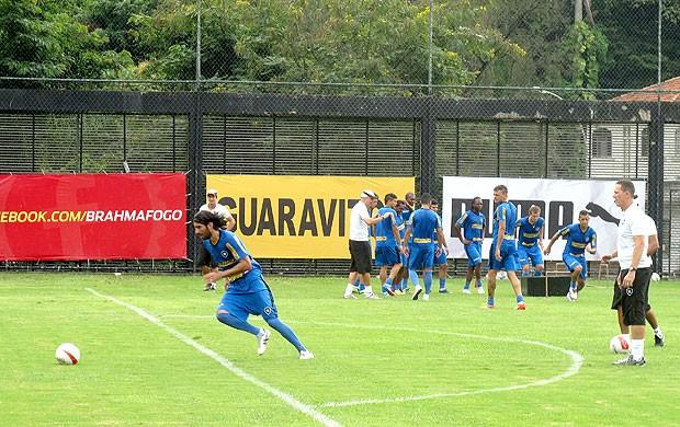 Loco Abreu no treino do Botafogo (Foto: André Casado / Globoesporte.com)
