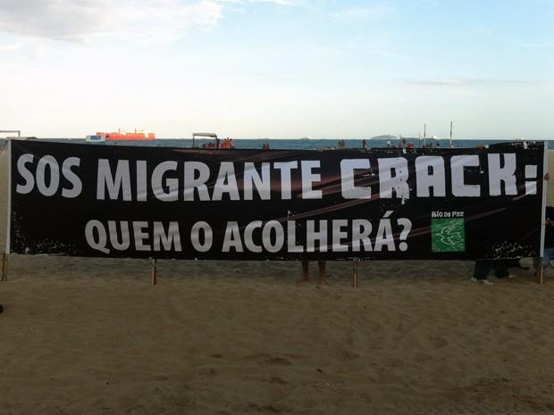 ONG Rio de Paz estende faixa contra o crack na Praia de Copacabana (Foto: Bernardo Tabak / G1)