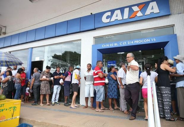 Filas se formam no sábado nas agências da Caixa para saque de contas inativas do FGTS (Foto: Antonio Cruz/Agência Brasil)