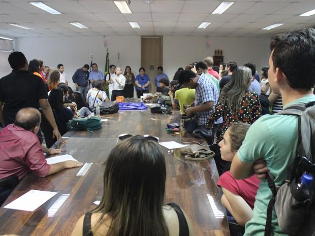 Reitor dialoga com manifestantes durante a ocupação do Salão Nobre da Reitoria da UFPI (Foto: João Cunha/G1)