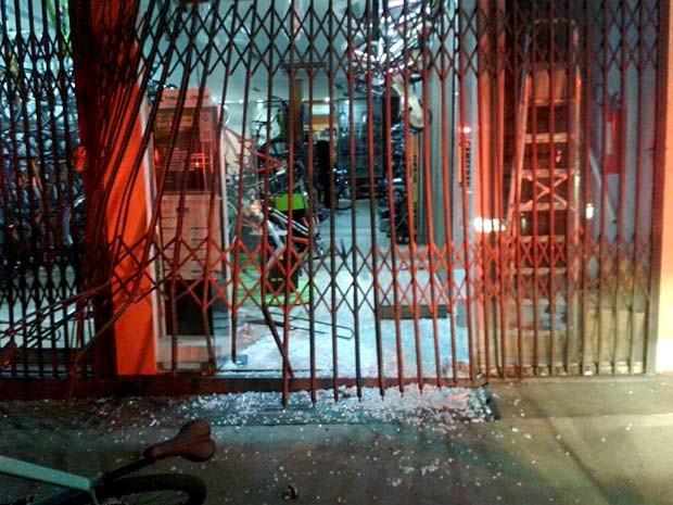 Fachada da loja de bicicletas vítima de furto na madrugada deste domingo (8) (Foto: Polícia Militar/Divulgação)