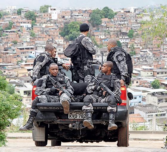 Policiais no Chapadão, no Rio de Janeiro (Foto: Márcia Foletto/Agência Globo)