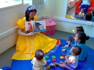 As histórias são contadas  com fantasias de princesa, palhaço ou fada  (Foto: Divulgação/Márcio Antônio da Silva)