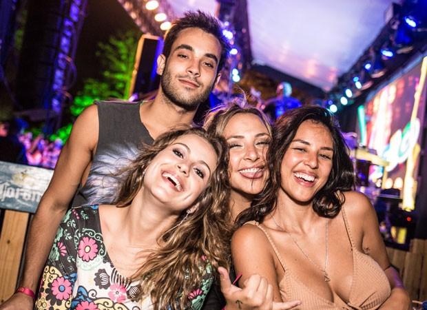 Yanna Lavigne se diverte com amigos (Foto: Fernando Araújo/Divulgação)