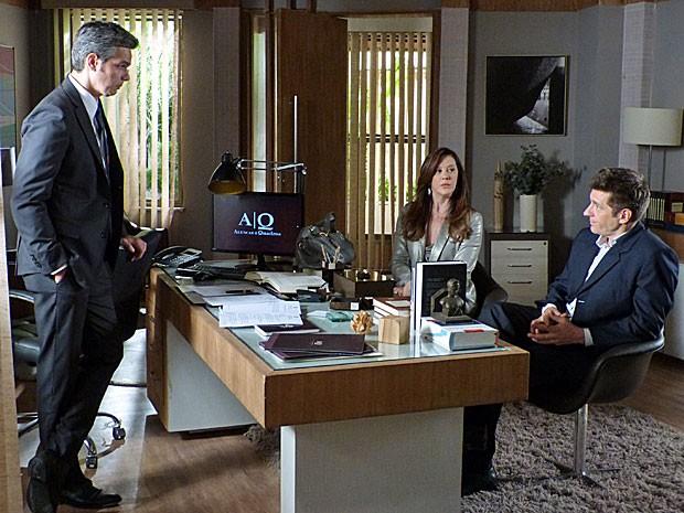 Ricardo dá detelhas do atentado a Helô para Haroldo e Lívia ouve tudo (Foto: Salve Jorge/TV Globo)