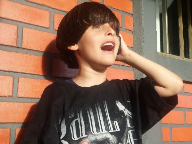 João adora ouvir as músicas de Raul no celular da mãe (Foto: Alana Fonseca/G1)