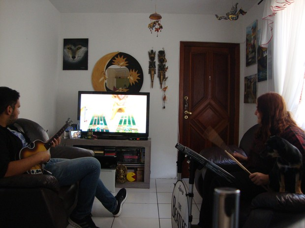 Gustavo e Thamilis gostam de jogar games musicais juntos (Foto: Gustavo Kozima/Arquivo pessoal)