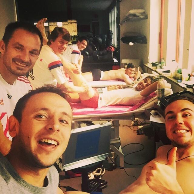 Jogadores do Bayern durante tratamento