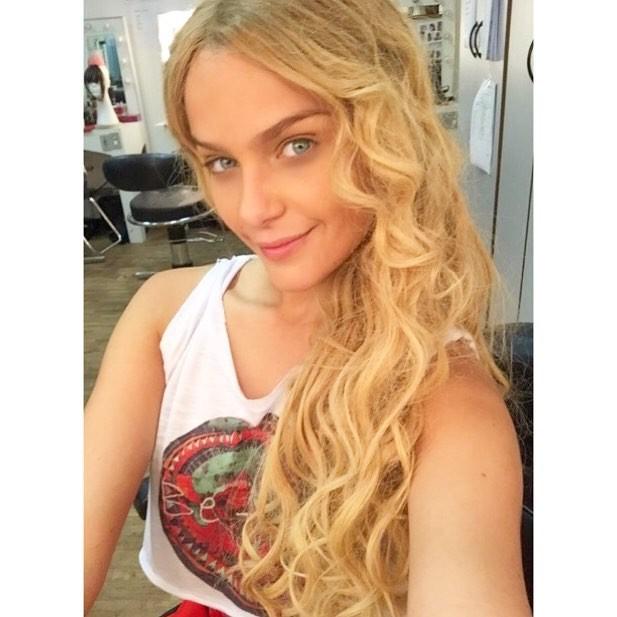 Extremamente Isabella Santoni reaparece com cabelos longos e bem loiros - Quem  UC57