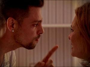 Jorginho enfrenta Carminha e a pressiona para saber quem é seu pai (Foto: Avenida Brasil/TV Globo)