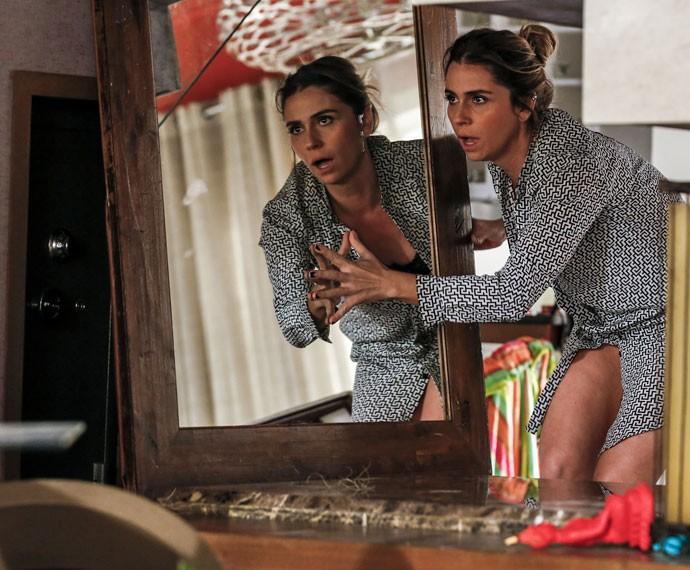 Atena fica de boca aberta com o que vê na mansão de Sumara (Foto: Ellen Soares / Gshow)