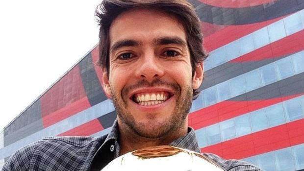 Kaká com bola de ouro (Foto: Reprodução)