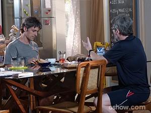 Cadu desabafa com Nando sobre o restaurante (Foto: Em Família/TV Globo)