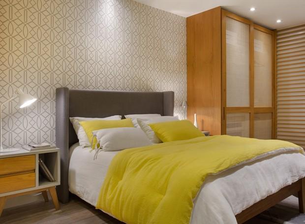 QUARTO CASAL | Papel de parede amarelo geométrico da Guilha. Cama, armários e divisória ripada, todos da Canto de Dormir (Foto: MCA Estúdio/Divulgação )