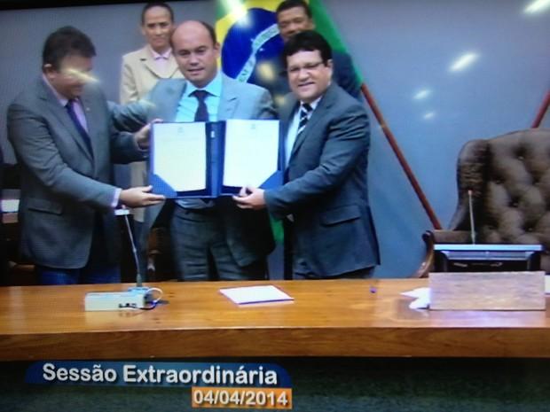 Sandoval exige documento de posse como governador interino do Tocantins (Foto: Reprodução/TV Assembleia do Tocantins)
